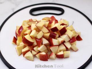 苹果银耳枸杞汤,苹果洗净后切小丁。
