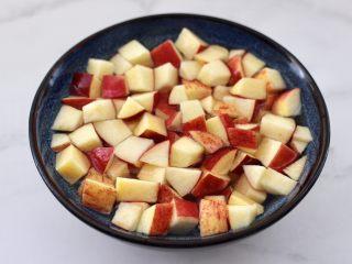 苹果银耳枸杞汤,用清水加点柠檬汁泡一下,这样苹果不会氧化哟。