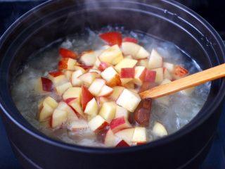 苹果银耳枸杞汤,再加入苹果丁煮3分钟。