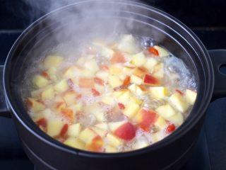 苹果银耳枸杞汤,看见冰糖融化后即可关火。