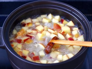 苹果银耳枸杞汤,看见苹果煮至透明时。