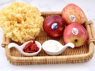 苹果银耳枸杞汤,首先备齐所有的食材。