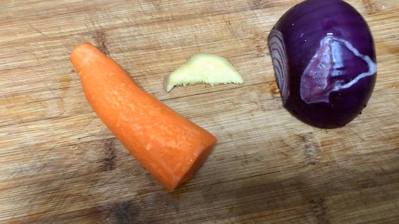 西兰花炒牛肉➕春风花草香,姜清洗,胡萝卜削皮、洋葱剥去外皮洗净