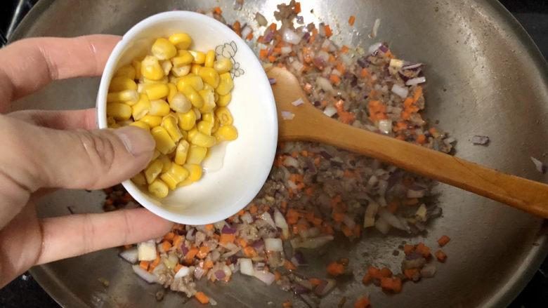 西兰花炒牛肉➕春风花草香,转中火加入甜玉米粒