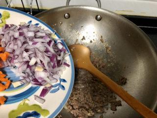 西兰花炒牛肉➕春风花草香,加入洋葱碎