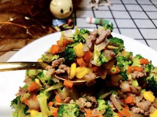 西兰花炒牛肉➕春风花草香,这道西兰花炒牛肉,做法简单,咸鲜可口,美味营养,喜欢的小伙伴们快来试试吧😄