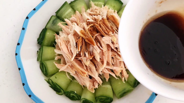 手撕鸡胸肉,浇上碗汁,吃的时候拌匀即可,手撕鸡胸肉做好了~