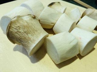 杏鲍菇烧鸡块,切大块;