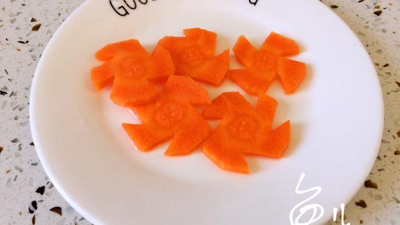 鲍鱼捞饭,胡萝卜片捞出沥干水分