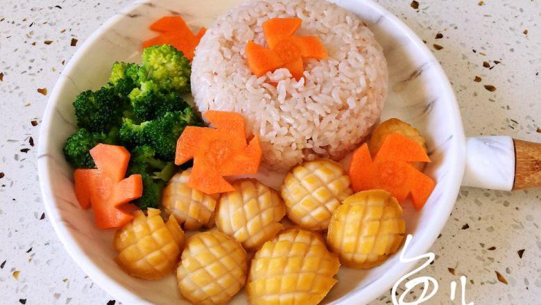 鲍鱼捞饭,米饭倒扣盘中,摆盘好鲍鱼、西兰花、胡萝卜