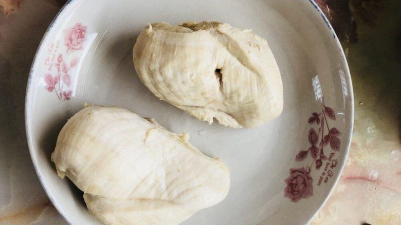 手撕鸡胸肉,煮好的鸡胸肉捞出沥干水分。 如果不确定是否熟透,可以用筷子戳一下,能穿透则说明熟了。
