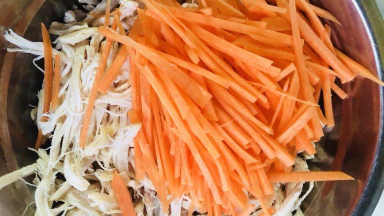 手撕鸡胸肉,将鸡胸肉和胡萝卜放入调料盆中。