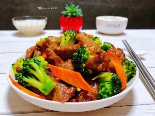 西兰花炒牛肉,搭配一碗大米饭和羊奶营养丰富极了