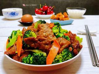 西兰花炒牛肉,营养丰富的早餐会给家人带来满满的正能量噢
