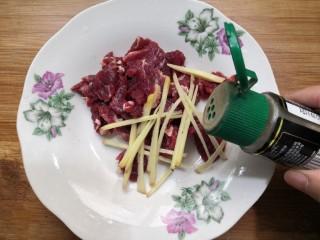 西兰花炒牛肉,加入黑胡椒粉