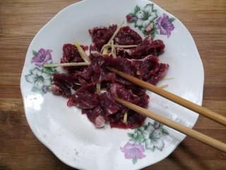 西兰花炒牛肉,用筷子搅拌均匀,腌制半小时