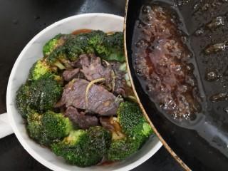 西兰花炒牛肉,把料汁,到在西兰花牛肉上,即可