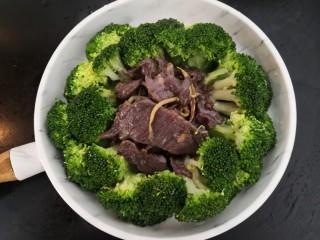 西兰花炒牛肉,把夹出的牛肉,放入西兰花中间