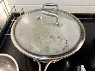酸豆角炒雞胗? 呼童烹雞酌白酒,煮開轉小火,加蓋煮約半小時