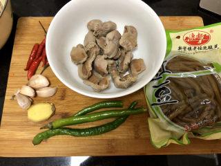 酸豆角炒雞胗? 呼童烹雞酌白酒,煮好的雞肫130g,酸豆角一袋,小米辣5個,線椒3個,蒜四瓣,姜一小片