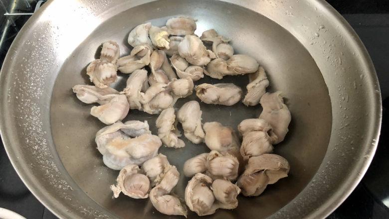 酸豆角炒鸡胗➕ 呼童烹鸡酌白酒,锅洗净重新加水,放入鸡肫