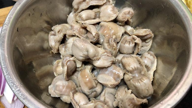 酸豆角炒鸡胗➕ 呼童烹鸡酌白酒,焯水捞出,用小刀刮去表面一些脏东西,清洗备用