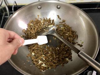 酸豆角炒雞胗? 呼童烹雞酌白酒,加入半茶匙白糖,繼續煸炒半分鐘,加入白糖可以提鮮,而且降低酸豆角的咸酸度