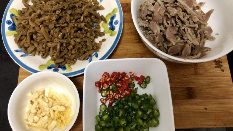 酸豆角炒鸡胗➕ 呼童烹鸡酌白酒,全部食材准备好