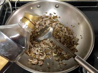 酸豆角炒雞胗? 呼童烹雞酌白酒,半湯匙生抽,翻炒均勻