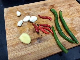 酸豆角炒雞胗? 呼童烹雞酌白酒,蒜剝皮、與小米辣、線椒和姜洗凈