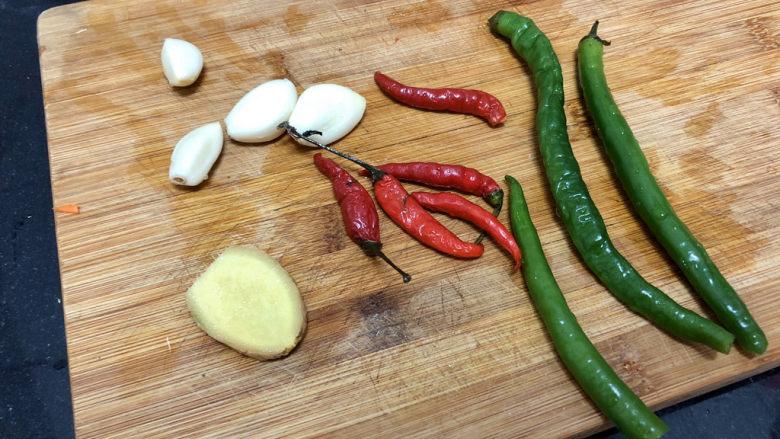 酸豆角炒鸡胗➕ 呼童烹鸡酌白酒,蒜剥皮、与小米辣、线椒和姜洗净