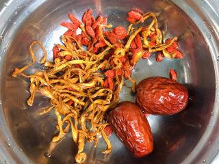 虫草花乌鸡汤,准备好虫草花、红枣、枸杞子。