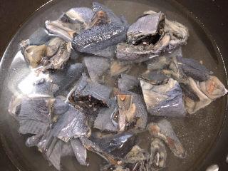 虫草花乌鸡汤,锅中烧开水,将乌鸡在水中焯一下。