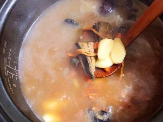 虫草花乌鸡汤,炖煮过后的鸡汤更营养哟!