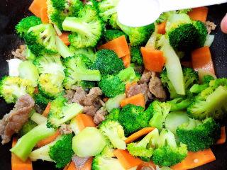 西兰花炒牛肉,加入一少盐,继续翻炒。