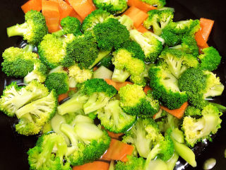 西兰花炒牛肉,锅中烧开水,焯一下西兰花、胡萝卜。