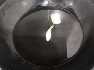 虫草花乌鸡汤,上锅,加水,放入姜2片