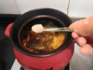 虫草花乌鸡汤,加入盐