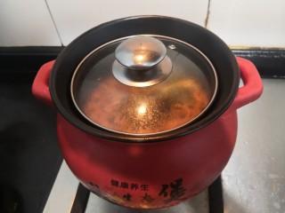 虫草花乌鸡汤,煮开后,关小火再煲10分钟,即可关火