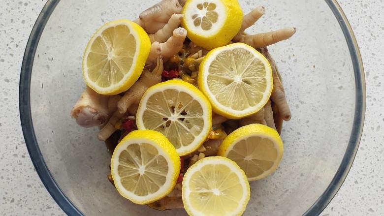百香果柠檬鸡爪,放入柠檬片