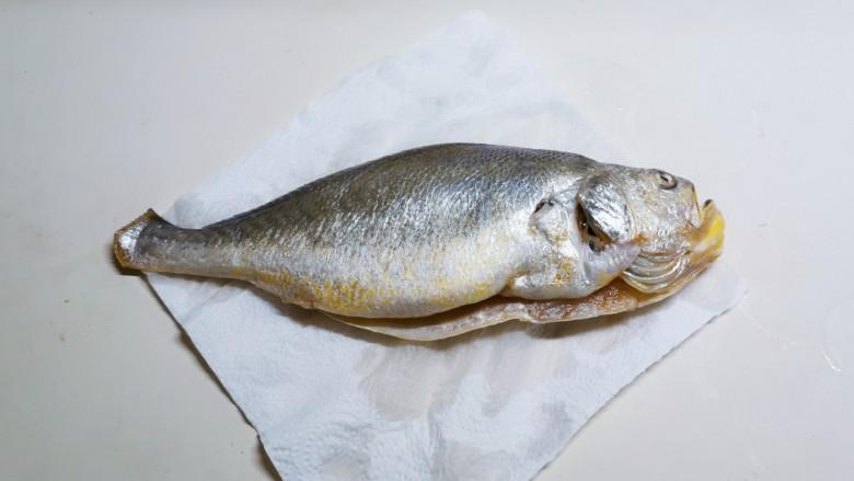 糖醋鲈鱼,鱼收拾干净 放厨房用纸上吸干水分
