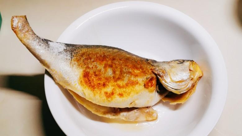 糖醋鲈鱼,两面煎好 备用