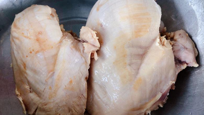 手撕鸡胸肉,鸡胸脯肉取出晾凉至不烫手