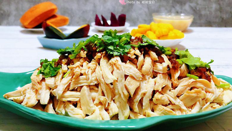 手撕鸡胸肉,鸡胸脯肉脂肪含量极少非常适合减肥的小伙伴们吃噢