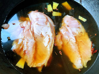 手撕鸡胸肉,放入调味料一品鲜酱油、蚝油、糖大火煮起来