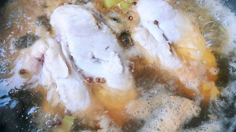手撕鸡胸肉,鸡胸脯肉在煮的时候会有浮沫切记一定要取出