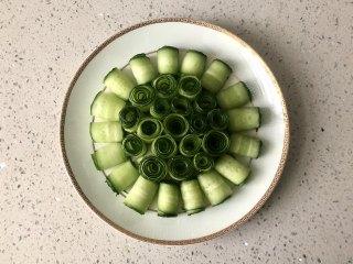 夏季C位凉菜,飘香爽脆的响油黄瓜,把黄瓜卷摆好盘。