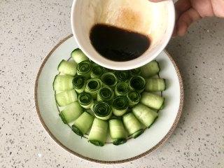 夏季C位凉菜,飘香爽脆的响油黄瓜,把碗汁倒入黄瓜盘中;