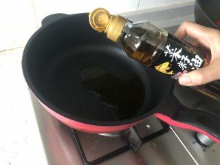 夏季C位凉菜,飘香爽脆的响油黄瓜,锅中倒入菜籽油,烧热。