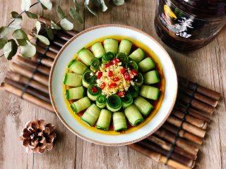 夏季C位凉菜,飘香爽脆的响油黄瓜,忍不住尝一个卷,又香又脆,爽口开胃,好吃的停不下来!